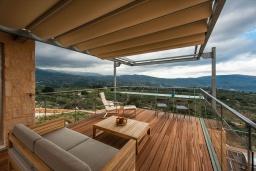 Патио. Греция, Каливес : Роскошная современная вилла с панорамным видом на море, с 4 спальнями, с большим бассейном, зелёной лужайкой и барбекю