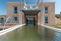 Фасад дома. Греция, Каливес : Роскошная современная вилла с панорамным видом на море, с 4 спальнями, с большим бассейном, зелёной лужайкой и барбекю