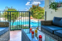 Патио. Греция, Коккино Хорио : Потрясающая вилла с видом на море и горы, с 3 спальнями, с бассейном и зелёным двориком с патио и барбекю