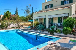 Фасад дома. Греция, Коккино Хорио : Потрясающая вилла с видом на море и горы, с 3 спальнями, с бассейном и зелёным двориком с патио и барбекю