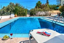 Вход. Греция, Коккино Хорио : Потрясающая вилла с видом на море и горы, с 3 спальнями, с бассейном и зелёным двориком с патио и барбекю