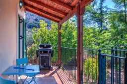 Терраса. Греция, Коккино Хорио : Потрясающая вилла с видом на море и горы, с 3 спальнями, с бассейном и зелёным двориком с патио и барбекю