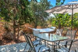 Обеденная зона. Греция, Коккино Хорио : Потрясающая вилла с видом на море и горы, с 3 спальнями, с бассейном и зелёным двориком с патио и барбекю