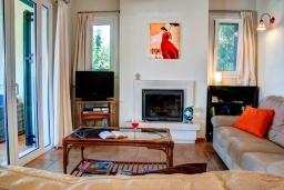 Гостиная. Греция, Коккино Хорио : Потрясающая вилла с видом на море и горы, с 3 спальнями, с бассейном и зелёным двориком с патио и барбекю