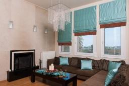Гостиная. Греция, Скалета : Шикарная вилла с 6-ю спальнями, бассейном, зелёной территорией, детской площадкой, баскетбольной площадкой, патио и барбекю