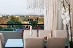 Обеденная зона. Греция, Скалета : Шикарная вилла с 6-ю спальнями, бассейном, зелёной территорией, детской площадкой, баскетбольной площадкой, патио и барбекю