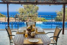 Обеденная зона. Греция, Элафониси : Традиционная каменная вилла с панорамным видом на море, с 4 спальнями, с бассейном, патио и барбекю