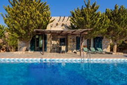 Фасад дома. Греция, Элафониси : Традиционная каменная вилла с панорамным видом на море, с 4 спальнями, с бассейном, патио и барбекю