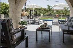 Патио. Греция, Коккино Хорио : Современная вилла с 4 спальнями, с бассейном, зелёным двориком, террасой с патио, беседкой с каменным барбекю и сауной