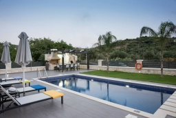 Бассейн. Греция, Коккино Хорио : Современная вилла с 4 спальнями, с бассейном, зелёным двориком, террасой с патио, беседкой с каменным барбекю и сауной