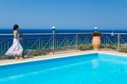 Бассейн. Греция, Элафониси : Уютная вилла с панорамным видом на море, с 2 спальнями, с с бассейном, приватным двориком, тенистой террасой с патио и барбекю