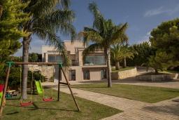 Территория. Греция,  Ханья : Роскошная вилла с 8 спальнями, с бассейном, детской площадкой, зелёной территорией, беседкой с патио и каменным барбекю