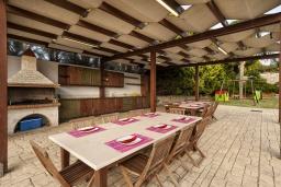 Обеденная зона. Греция,  Ханья : Роскошная вилла с 8 спальнями, с бассейном, детской площадкой, зелёной территорией, беседкой с патио и каменным барбекю