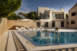 Фасад дома. Греция,  Ханья : Роскошная вилла с 8 спальнями, с бассейном, детской площадкой, зелёной территорией, беседкой с патио и каменным барбекю