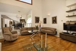 Гостиная. Греция,  Ханья : Роскошная вилла с 8 спальнями, с бассейном, детской площадкой, зелёной территорией, беседкой с патио и каменным барбекю