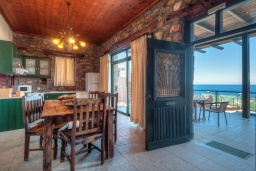 Кухня. Греция, Элафониси : Комфортабельная каменная вилла с панорамным видом на море, с 2 спальнями, с бассейном, тенистой террасой, барбекю, расположена в 300 метрах от пляжа