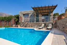 Фасад дома. Греция, Элафониси : Комфортабельная каменная вилла с панорамным видом на море, с 2 спальнями, с бассейном, тенистой террасой, барбекю, расположена в 300 метрах от пляжа