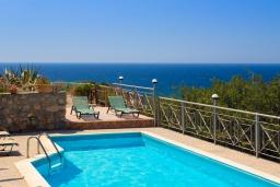Бассейн. Греция, Элафониси : Комфортабельная каменная вилла с панорамным видом на море, с 2 спальнями, с бассейном, тенистой террасой, барбекю, расположена в 300 метрах от пляжа