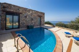 Бассейн. Греция, Элафониси : Прекрасная вилла с видом на море, с 2 спальнями, 2 бассейнами, солнечной террасой с патио и барбекю