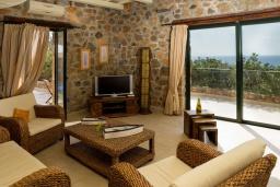 Гостиная. Греция, Элафониси : Прекрасная вилла с видом на море, с 2 спальнями, 2 бассейнами, солнечной террасой с патио и барбекю
