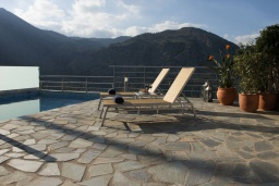 Зона отдыха у бассейна. Греция, Георгиуполис : Прекрасная вилла с панорамным видом на озеро и Белые горы, с 2-мя спальнями, с бассейном, тенистой террасой с патио и барбекю