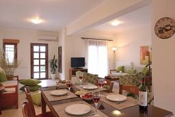 Обеденная зона. Греция, Георгиуполис : Прекрасная вилла с панорамным видом на озеро и Белые горы, с 2-мя спальнями, с бассейном, тенистой террасой с патио и барбекю