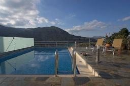 Бассейн. Греция, Георгиуполис : Потрясающая вилла с панорамным видом на озеро и Белые горы, с 2-мя спальнями, с бассейном, террасой с патио и барбекю