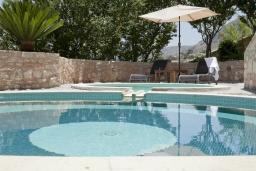 Бассейн. Греция, Георгиуполис : Каменный дом с видом на море и горы, в комплексе с общим бассейном, приватной террасой, патио и барбекю