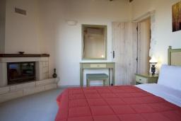 Спальня. Греция, Георгиуполис : Каменный дом в комплексе с бассейном, с отдельной спальней и террасой и барбекю