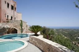Бассейн. Греция, Георгиуполис : Каменный дом в комплексе с бассейном, с отдельной спальней и террасой и барбекю