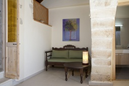 Гостиная. Греция, Георгиуполис : Уютный каменный дом в комплексе с бассейном, с 2 спальнями, с приватной террасой и барбкю