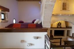 Гостиная. Греция, Георгиуполис : Каменный дом с видом на море и горы, в комплексе с общим бассейном, приватной террасой, патио и барбекю