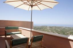 Терраса. Греция, Георгиуполис : Комплекс из 4 домов с видом на море и горы, с общим бассейном, приватной террасой, патио и барбекю