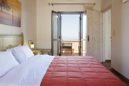 Спальня. Греция, Георгиуполис : Комплекс из 4 домов с видом на море и горы, с общим бассейном, приватной террасой, патио и барбекю