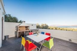 Терраса. Греция, Киссамос Кастели : Роскошная современная вилла с прекрасным видом на море, с 5 спальнями, с бассейном, патио и барбекю