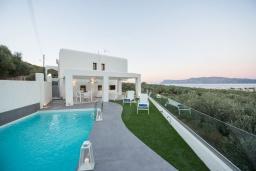 Фасад дома. Греция, Киссамос Кастели : Роскошная современная вилла с прекрасным видом на море, с 5 спальнями, с бассейном, патио и барбекю