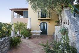 Фасад дома. Греция, Георгиуполис : Каменный дом в комплексе с бассейном, с отдельной спальней и частной террасой, расположен в тихой деревне Kastellos
