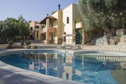 Бассейн. Греция, Георгиуполис : Каменный дом в комплексе с бассейном, с 3 спальнями и частной террасой, расположен в тихой деревне Kastellos