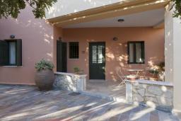 Терраса. Греция, Георгиуполис : Каменный дом в комплексе с бассейном, с 3 спальнями и частной террасой, расположен в тихой деревне Kastellos