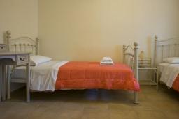 Спальня 3. Греция, Георгиуполис : Каменный дом в комплексе с бассейном, с 3 спальнями и частной террасой, расположен в тихой деревне Kastellos