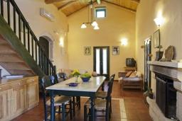 Гостиная. Греция, Георгиуполис : Каменный дом в комплексе с бассейном, с 2 спальнями, террасой и потрясающим видом на горы, море и окрестности