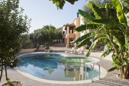 Вход. Греция, Георгиуполис : Каменный дом в комплексе с бассейном, с 2 спальнями, террасой и потрясающим видом на горы, море и окрестности