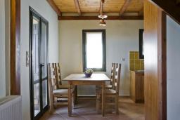 Обеденная зона. Греция, Георгиуполис : Каменный дом в комплексе с бассейном, с 3 спальнями и частной террасой, расположен в тихой деревне Kastellos