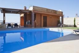 Бассейн. Греция, Георгиуполис : Роскошная вилла с панорамным видом на море, с 4-мя спальнями, с большим бассейном, зелёным двориком, патио и барбекю