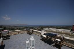 Терраса. Греция, Георгиуполис : Роскошная вилла с панорамным видом на море, с 4-мя спальнями, с большим бассейном, зелёным двориком, патио и барбекю