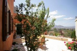 Территория. Греция, Георгиуполис : Роскошная вилла с панорамным видом на море, с 4-мя спальнями, с большим бассейном, зелёным двориком, патио и барбекю