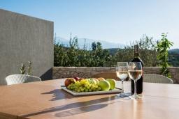 Обеденная зона. Греция, Коккино Хорио : Современная вилла с головокружительным видом на горы, с 5 спальнями, с бассейном, зелёным двориком, барбекю и патио