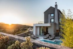 Фасад дома. Греция, Коккино Хорио : Современная вилла с головокружительным видом на горы, с 5 спальнями, с бассейном, зелёным двориком, барбекю и патио