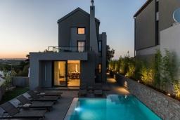 Фасад дома. Греция, Коккино Хорио : Современная вилла с 5 спальнями, бассейном, солнечной террасой с lounge-зоной, патио и барбекю