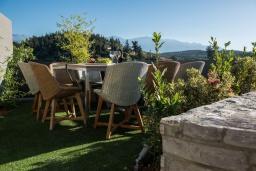 Терраса. Греция, Коккино Хорио : Современная вилла с 5 спальнями, бассейном, солнечной террасой с lounge-зоной, патио и барбекю